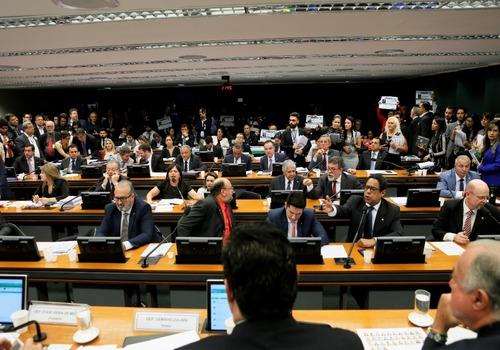 Saneamento: relatório favorável à privatização passa em comissão. Agora vai ao plenário